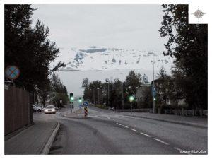 Hauptstraße Akureyris mit Blick auf die Berge